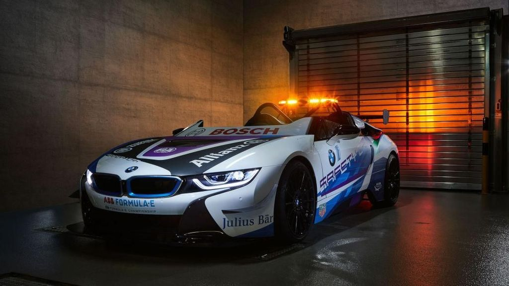 BMW i8 Tanpa Atap Jadi Safety Car Balapan Mobil Listrik
