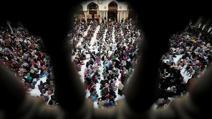 Suasana hangat kental terasa saat para warga Mesir menbikmati menu berbuka pausa di Masjid Al Azhar. Yuk, intip foto-fotonya.