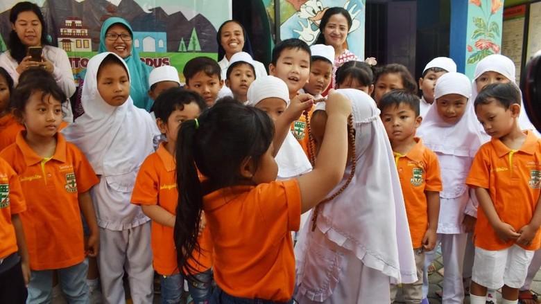 Potret Toleransi Antar Umat Beragama di Bulan Ramadhan Bikin Adem