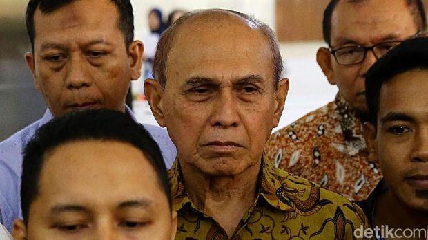 Mayjen (Purn) Kivlan Zen meninggalkan Bareskrim Polri, Jakarta Selatan, usai diperiksa soal kasus dugaan makar.