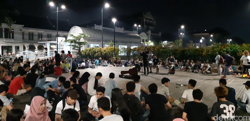 Di Jembatan Merah Kali Besar ini ada panggung musik dadakan yang dilingkari para traveler menghabiskan malam minggu. tentunya tak kalah dengan Taman Fatahillah yang memiliki lapangan luas (Masaul/detikcom)