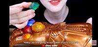 Kriuk-kriuk! YouTuber Ini Makan Infinity Stone dari Sarung Tangan Thanos