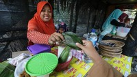 Ada sebuah pasar unik yang menarik perhatian pengunjung di Kediri, Jawa Timur. Nama pasar itu adalah Peken Godong yang berarti Pasar Daun. Seperti namanya, di pasar ini warga berbelanja dengan menggunakan daun sebagai alat pembayarannya.