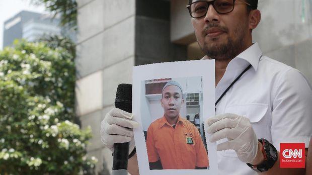 Wakil Direktur Reskrimum Polda Metro Jaya AKBP Ade Ary Sam menunjukkan foto HS, demonstran yang mengaku siap memenggal Jokowi.