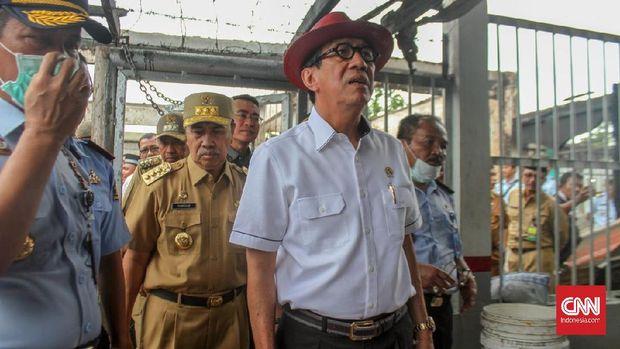 Menkumham Yasonna Laoly diminta bertanggung jawab soal masalah lapas, terutama soal pelesiran Setya Novanto.