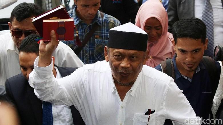 Protes Status Tersangka, Eggi Sudjana Singgung Buku Jokowi People Power