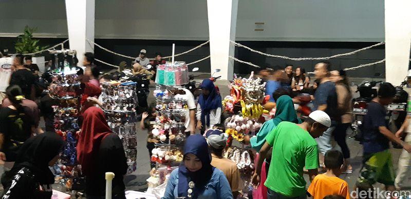 Kota Tua Jakarta di Sabtu malam sudah seperti pasar malam, terutama di kawasan Kali Besarnya, amat riuh (Masaul/detikcom)