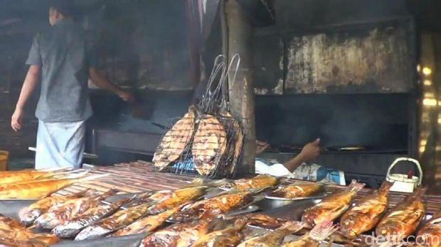 Beragam ikan asap di Pasar Beji/
