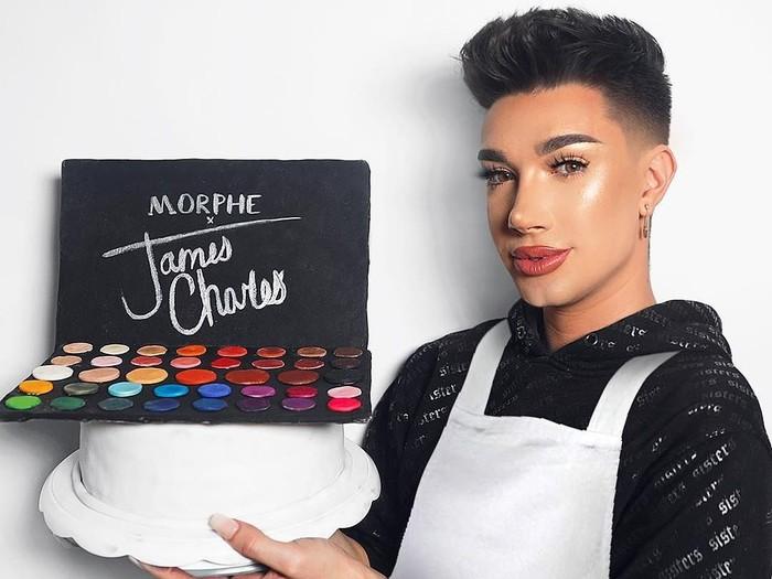Fans kecewa dengan James Charles yang berseteru dengan Tati Westbrook, produk makeup dibakar. (Foto: Instagram @jamescharles)