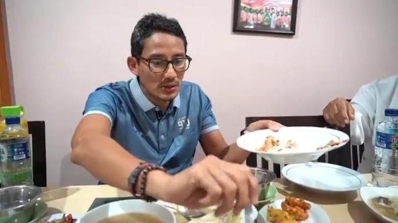 Sandiaga Uno makan soto Banjar