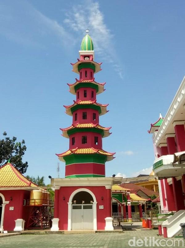 Selain sebagai tempat ibadah, ada beberapa fasilitas lain di sekeliling Cheng Ho. Yakni rumah imam masjid, tempat pendidikan agama dan ruangan yang bisa digunakan untuk kegiatan sosial (Raja Adil Siregar/detikcom)