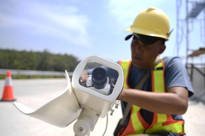 Petugas tengah memasang CCTV di salah satu ruas jalan do Tol Semarang-Batang.