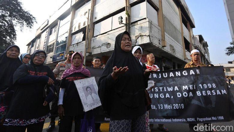 Keluarga korban tragedi Mei 1998 gelar aksi tabur bunga di area sekitar Mall Klender, Jakarta. Hal itu dilakukan untuk memperingati 21 tahun tragedi tersebut.