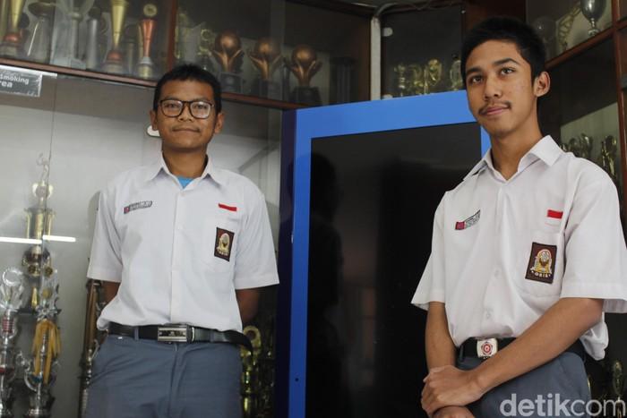 Naufal Aditya Juniarahman (kiri) dan Naufal Aqilla Qamaruddin (kanan) peraih nilai UNBK tertinggi di Jabar. (Foto: Yudha Maulana/detikcom)