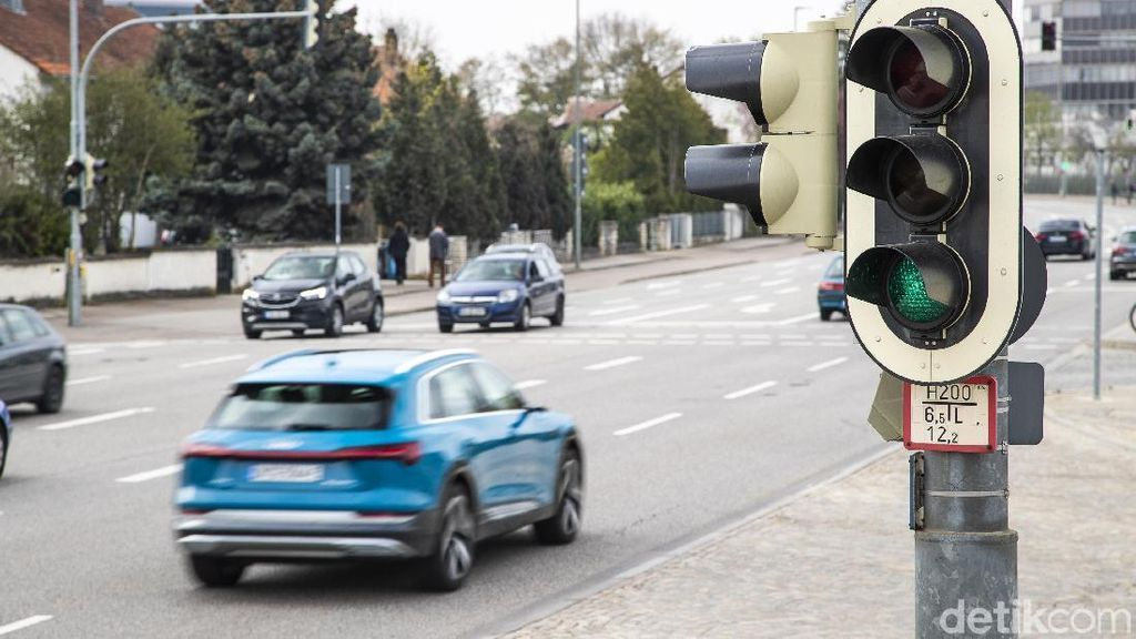 Mobil di Jerman Bisa Baca Lampu Lalin