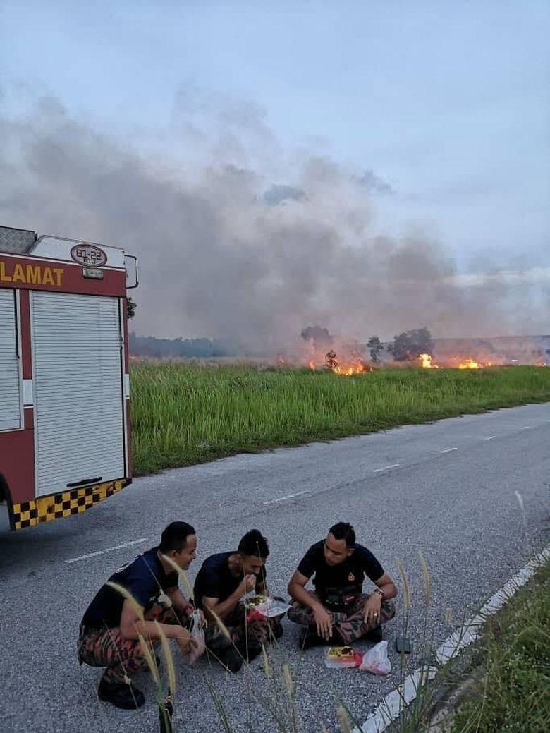 Viral, Foto Petugas Pemadam Kebakaran Buka Puasa di Pinggir Jalan