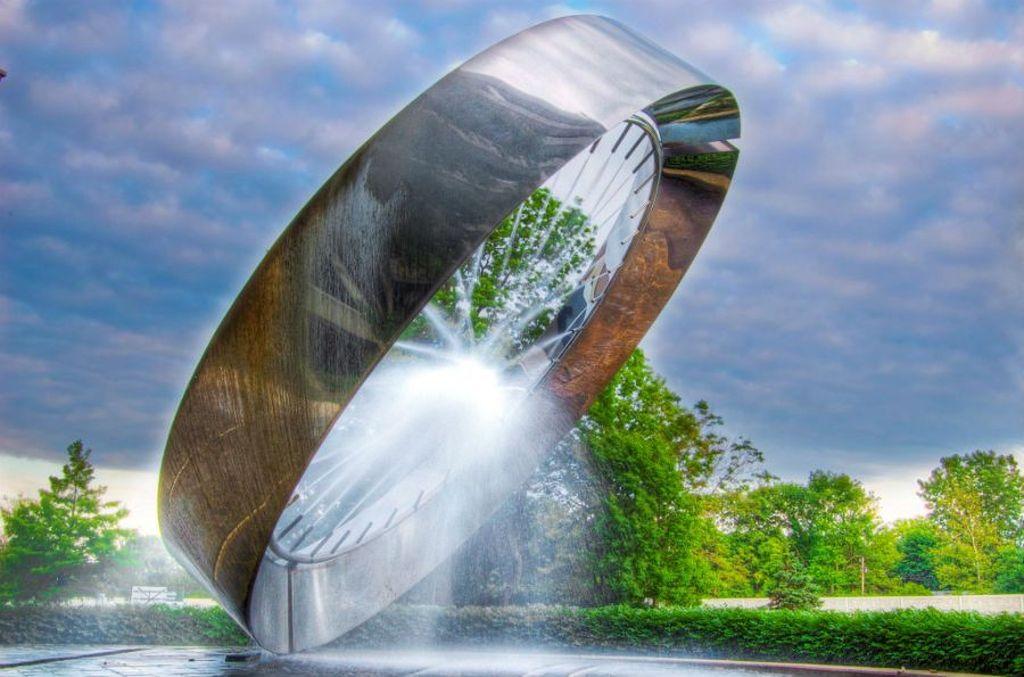 71 Fountain, Ohio, AS. Air mancur spektakuler ini menyerupai cincin raksasa. Di sisi dalamnya ada banyak lubang yang semuanya menembakkan air ke satu titik di tengah konstruksi. Foto: via Brainberries