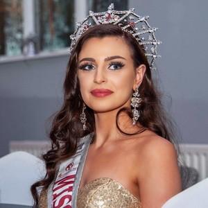 Cerita Wanita Jadi Juara Ratu Kecantikan dengan Pendengaran Hampir Tuli