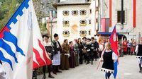 Mencoba langsung kostum ala abad pertengahan (Predjama Castle)