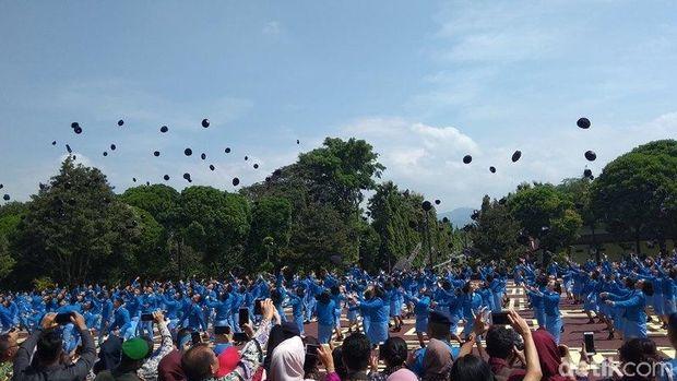 Acara lempar topi usai wisuda di SMA TN Magelang