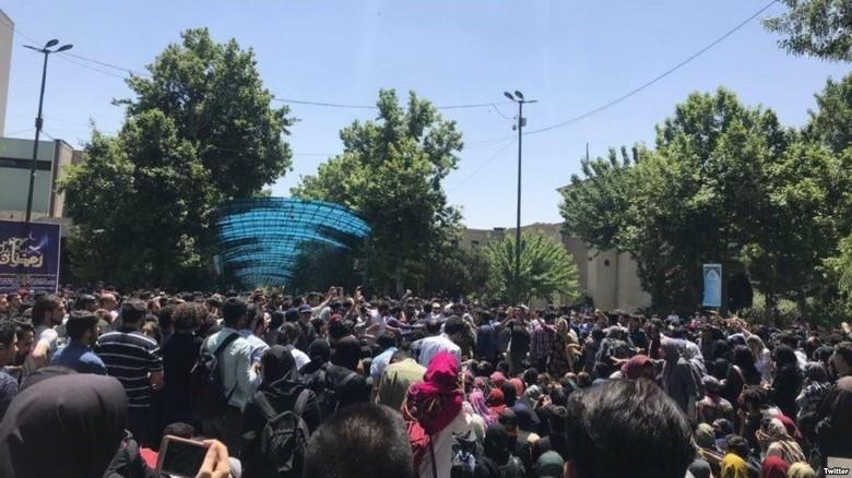 Bentrokan di Universitas Teheran Saat Demo Memprotes Aturan Berhijab