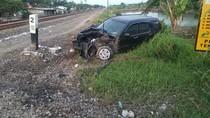 SUV Terserempet Kereta di Lamongan, Beruntung Pengemudi Selamat