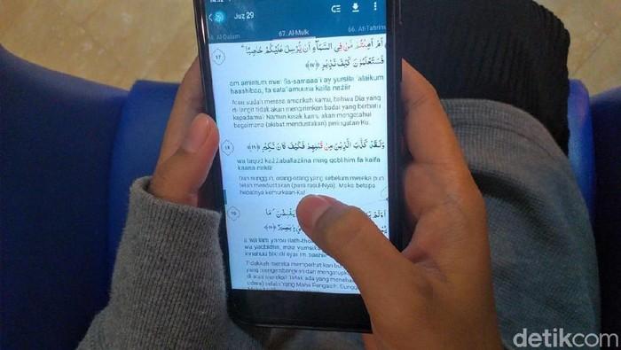 Al Quran digital yang dibaca melalui smartphone. Foto: detikHealth