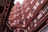Pemilihan warna ini tidak memiliki alasan khusus. Dibuat dengan dominasi warna merah, Jamiul Alfar juga dikenal dengan nama Red Masjid (Masjid Merah). (iStock)