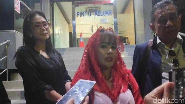 Dewi Tanjung usai melaporkan Amien Rais, di Polda Metro Jaya.