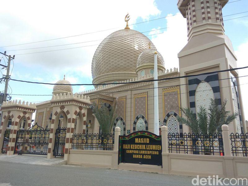 Terletak di bantaran Sungai Krueng Aceh, di Desa Lampeupeng, Kecamatan Lueng Bata, Banda Aceh, Aceh, Masjid Keuchik Leumik menjadi lokasi wisata religi baru di Tanah Rencong. Saban hari, masjid ini ramai dikunjungi warga terutama ketika waktu salat tiba. (Agus Setyadi/detikcom)