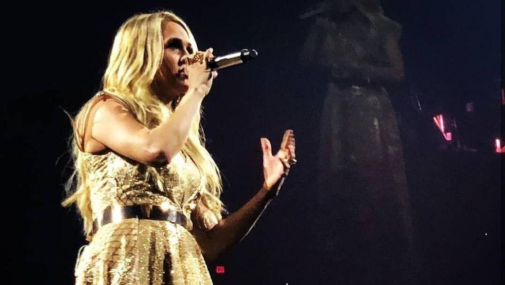 Carrie Underwood Pakai Gaun Karya Desainer Surabaya untuk Turnya di AS