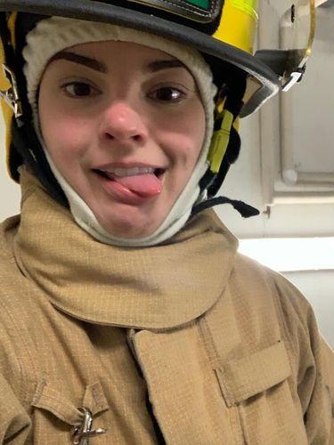 Pemadam Kebakaran Berhijab Cantik Curi Perhatian di Kanada