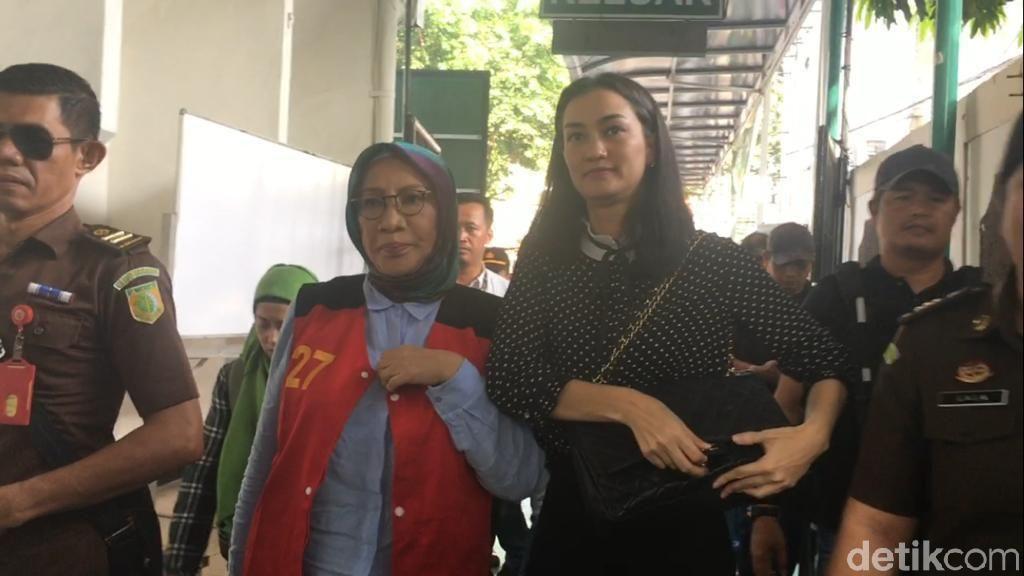 Ditemani Atiqah Hasiholan, Ratna Sarumpaet Siap Diperiksa