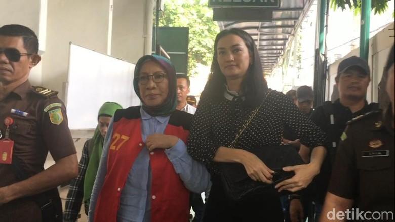 Ditemani Atiqah Hasiholan, Ratna Siap Jalani Sidang Pemeriksaan Terdakwa
