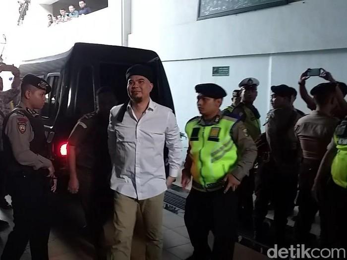 Ahmad Dhani saat tiba di PN Surabaya/Foto: Amir Baihaqi