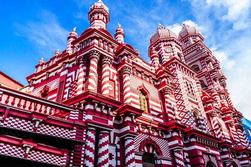 Jamiul Alfar Mosque adalah masjid tua yang menjadi saksi perjalanan islam di Sri Lanka. Masjid yang berada di area sentra bisnis Kota Kolombo Pettah ini sangat ikonik. (iStock)