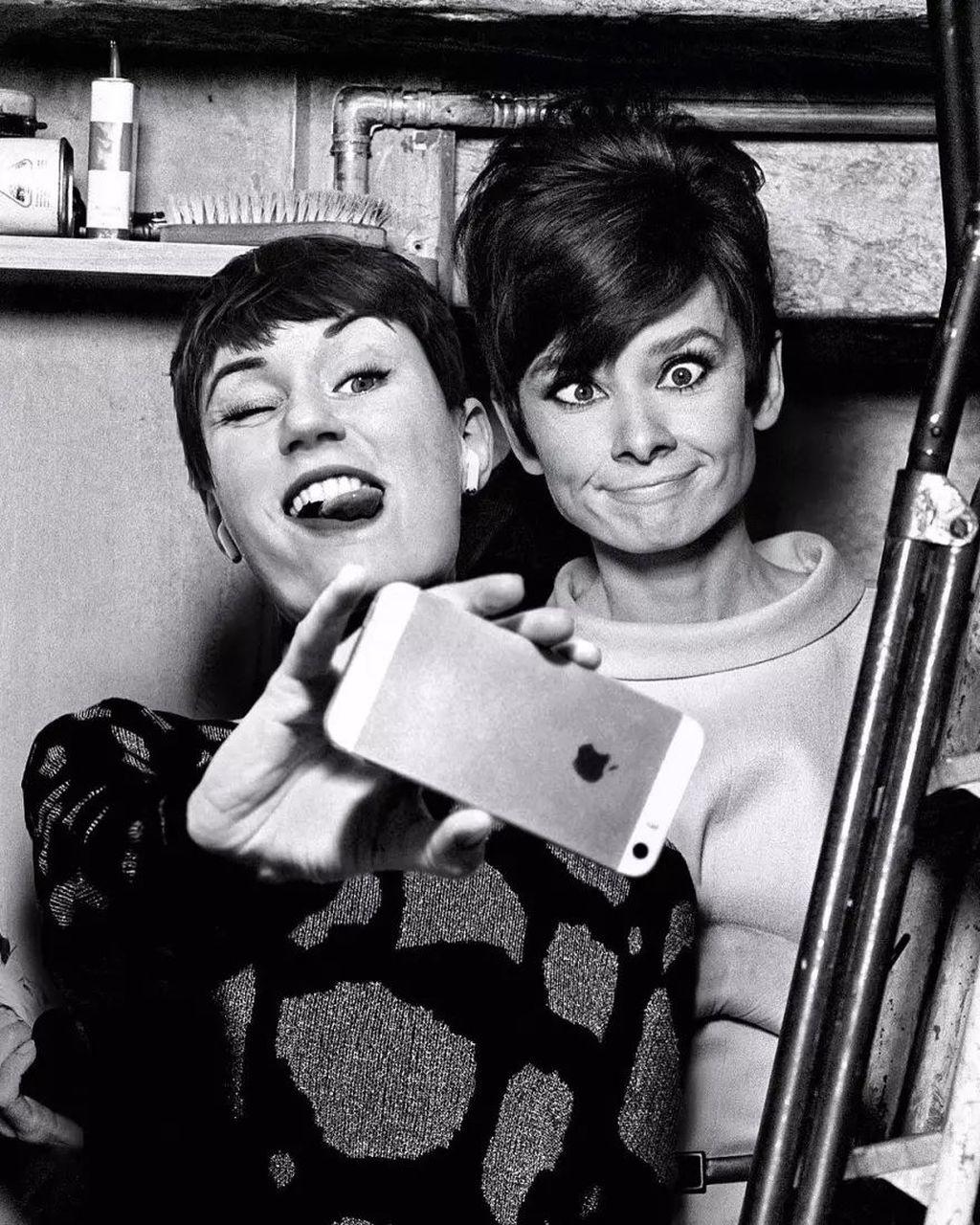 Selfie bareng Audrey Hepburn. Foto:Flóra Borsi