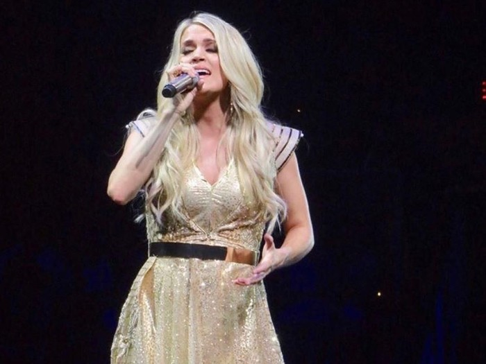 Carrie Underwood memakai gaun karya desainer Surabaya Diana Putri. Foto: Dok. Carrie Underwood