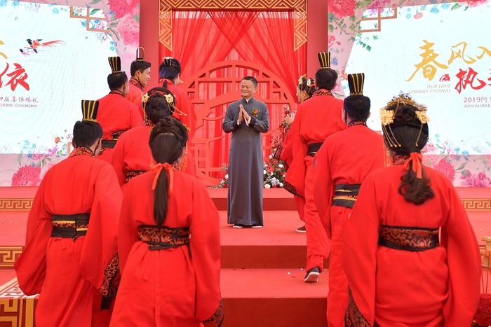 Jack Ma memberi wejangan pada karyawan yang baru nikah. Foto: Reuters