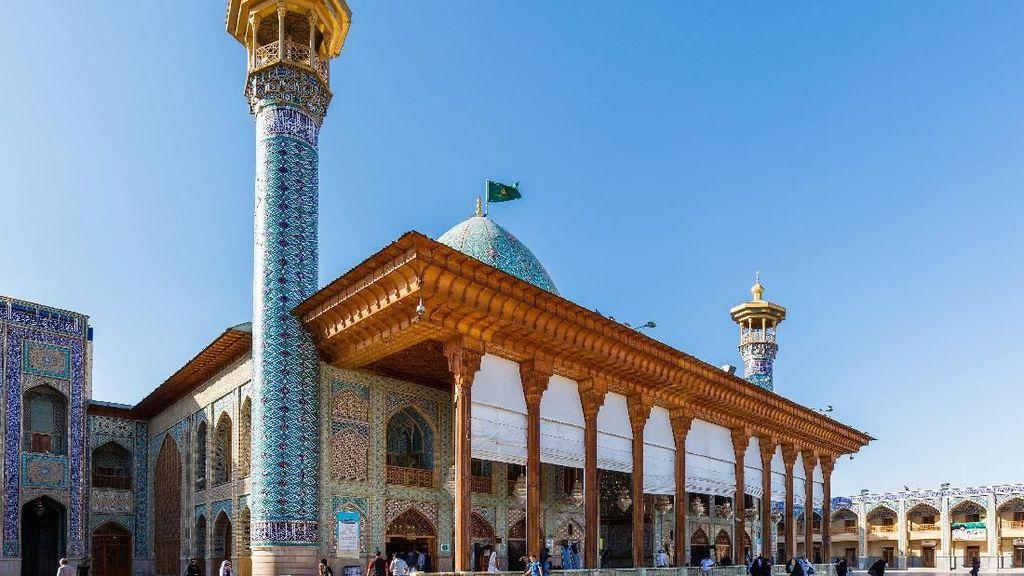 Melihat Indahnya Masjid Shah Cheragh di Iran