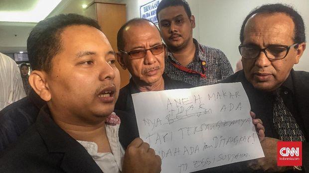 Kuasa hukum Eggi Sudjana, Pitra Romadoni, menunjukkan tulisan kliennya terkait penangkapan itu.