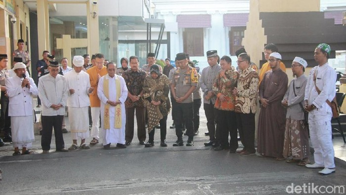 Doa bersama di gerbang tempat bom setahun lalu meledak (Foto: Deny Prastyo Utomo)