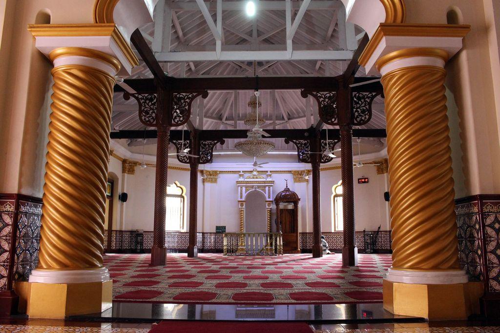 A group of Muslim men pray inside the Jami Ul-Alfar Mosque in Colombo, Sri Lanka (March 31, 2017)