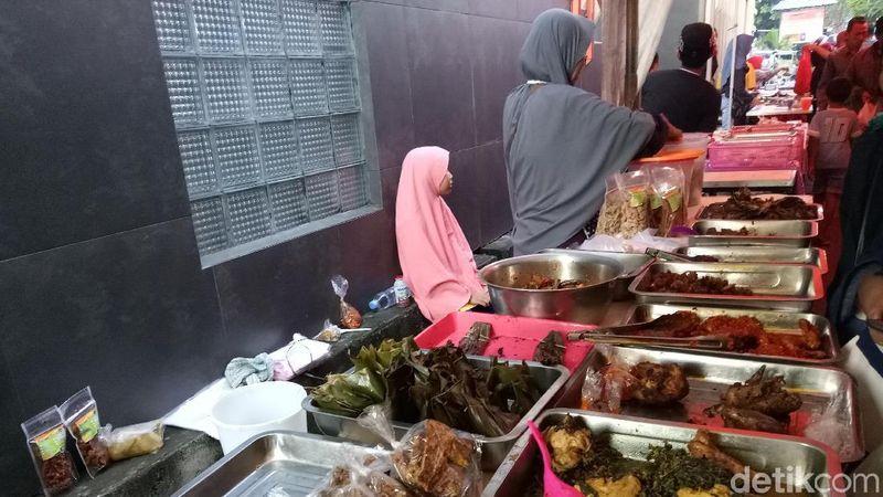 Aneka takjil dan lauk pauk untuk menu berbuka disajikan di Pasar Ramadhan Denpasar ini (Aditya Mardiastuti/detikcom)