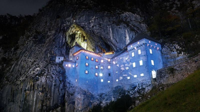 Inilah Kastil Predjama di Predjama, Slovenia, 11 km dari Kota Postojna. Kastil ini sudah ada sejak masa Renaissance dengan nama Jerman Luegg, yang berarsitektur gothik (Predjama Castle)