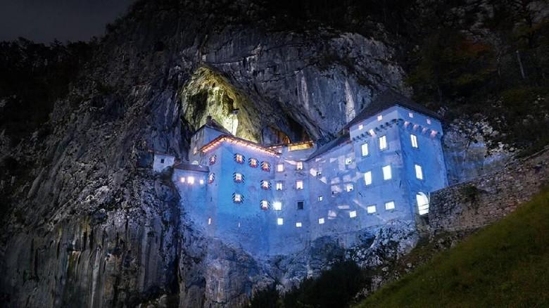 Kastil Predjama di Slovenia (Predjama Castle)