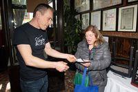 Pelayan Ini Kembalikan Uang Rp 6,1 Miliar Milik Pengunjung Restoran