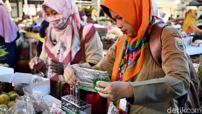 Uji sampel makanan di Pasar Induk Batang (Foto: Robby Bernardi/detikcom)