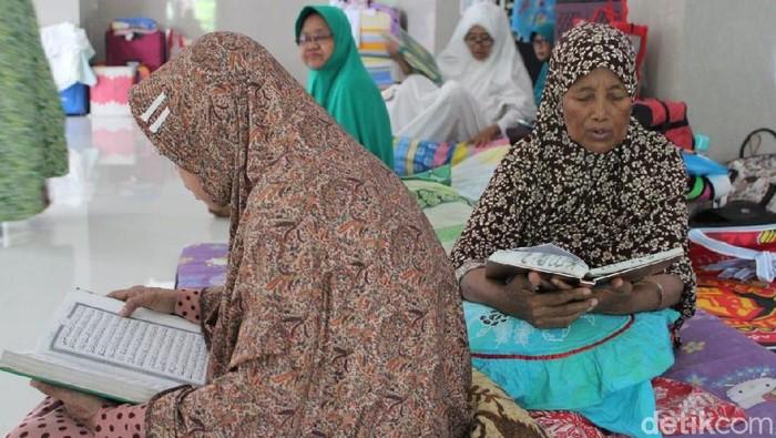 Para lansia sedang membaca Alquran (Foto: Enggran Eko Budianto)