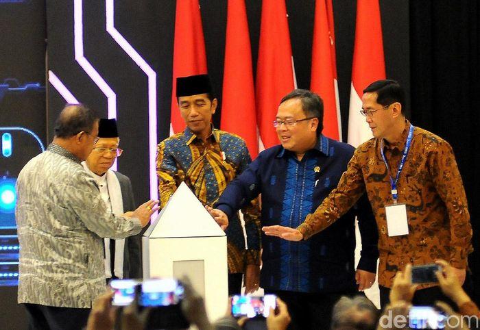 Presiden Jokowi didampingi Menko Perekonomian Darmin Nasution, Maruf Amin, Menteri PPN/Kepala Bappenas Bambang Brodjonegoro, dan Direktur Eksekutif Komite Nasional Keuangan Syariah Ventje Rahardjo meluncurkan Masterplan Ekonomi Syariah Indonesia (Meksi) 2019-2014.